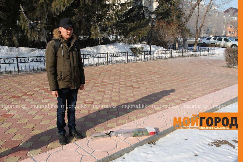 Новости Уральск - Уральцы возложили цветы к консульству РФ