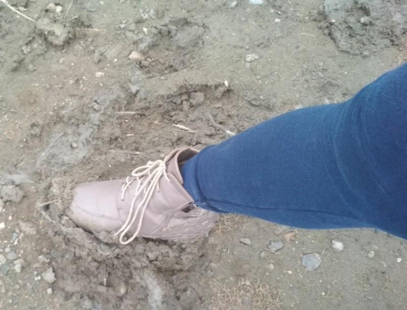 У жителей Атырау из-за беспролазной грязи разваливается обувь