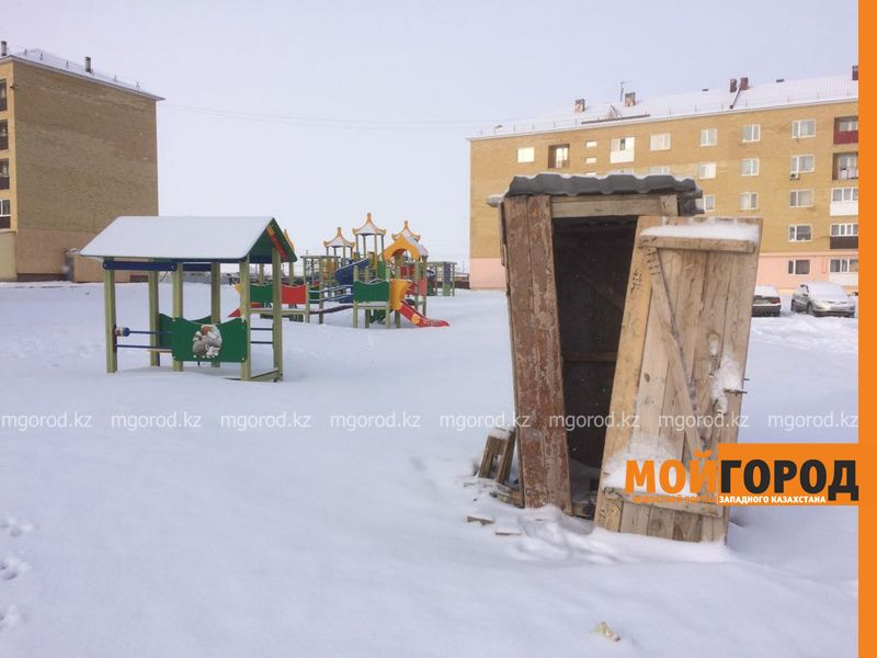 Новости Уральск - Деревянный туалет возле детской площадки возмутил уральцев
