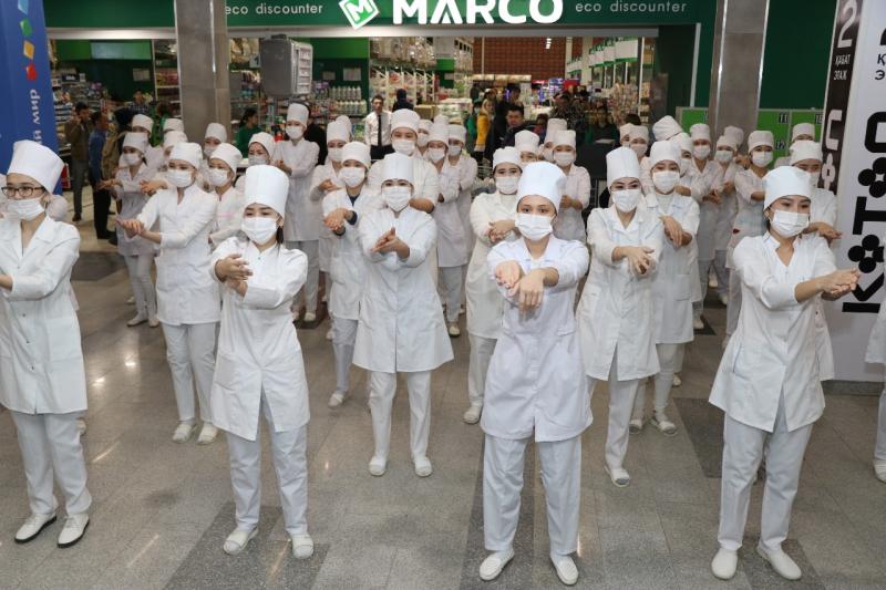 Новости Атырау - В Атырау 150 девушек устроили флешмоб в поддержку медстрахования