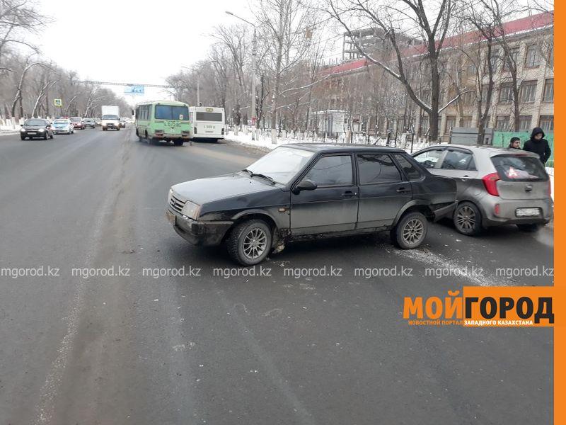 Новости Уральск - Столкнувшийся с автобусом водитель легкового авто ищет свидетелей ДТП в Уральске