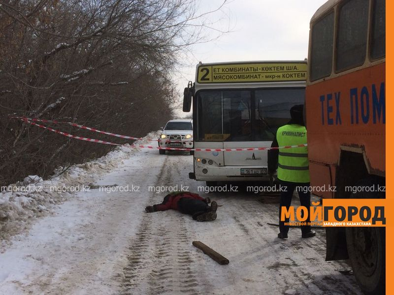 Мужчину насмерть придавило пассажирским автобусом №2 в Уральске