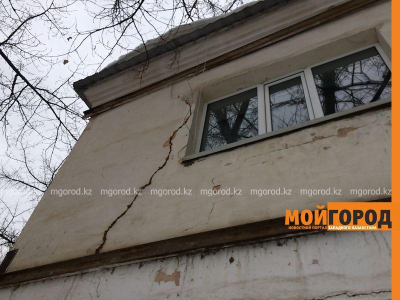 Жители двухэтажки в Уральске боятся остаться под руинами собственного дома
