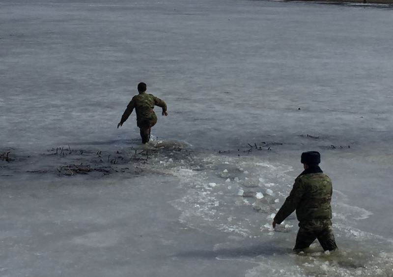 Новости Атырау - В Атырау нетрезвый мужчина едва не утонул, пытаясь перейти реку по льду