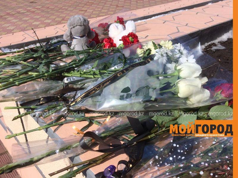 13 июля объявлен днем траура по погибшим от коронавируса в Казахстане Уральцы возложили цветы к консульству России