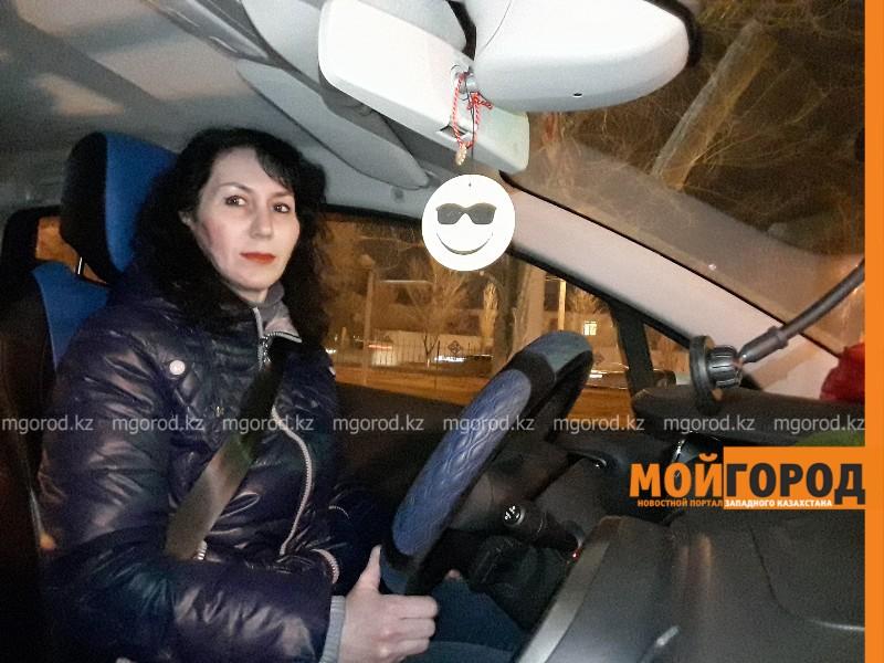 """Новости Атырау - Женщина-таксист из Атырау: """"Мужчины поначалу смущались, увидев меня за рулем"""""""