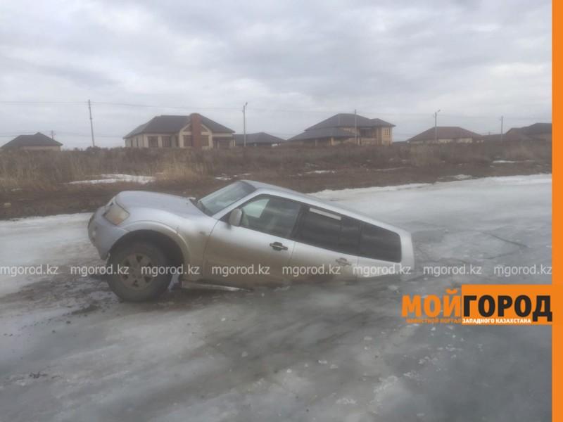 Джип провалился под лед в пригороде Атырау