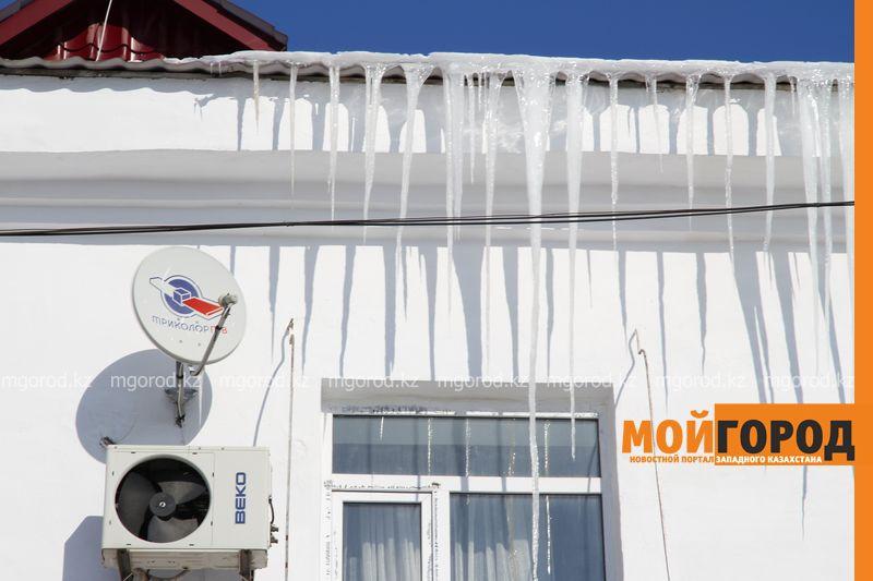 Новости Уральск - КСК Уральска начали сбивать метровые сосульки с крыш