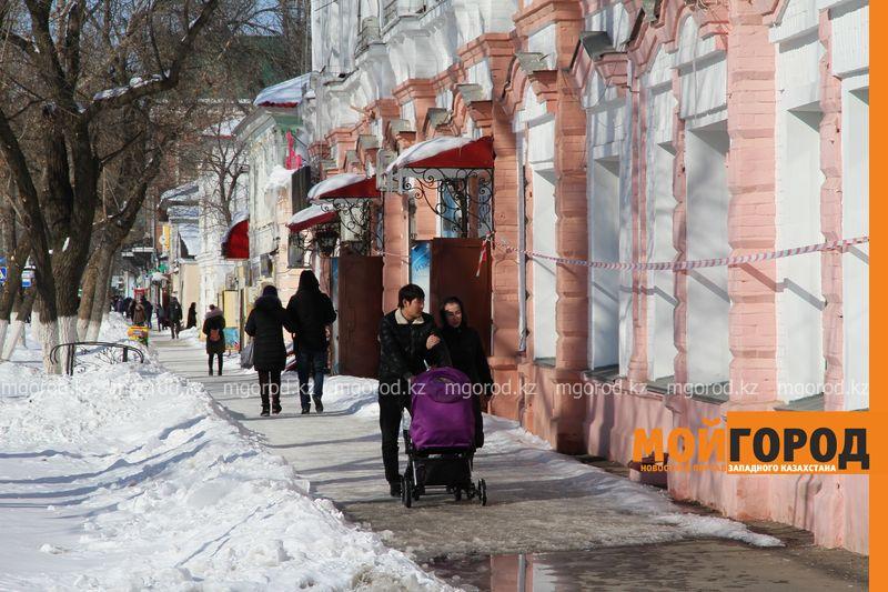 Новости Уральск - Уральцев пугают двухметровые сосульки и скользкие тротуары