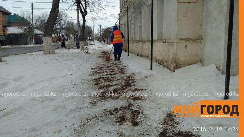 Новости Уральск - 10 тысяч кубометров песка потратили на посыпку тротуаров в Уральске
