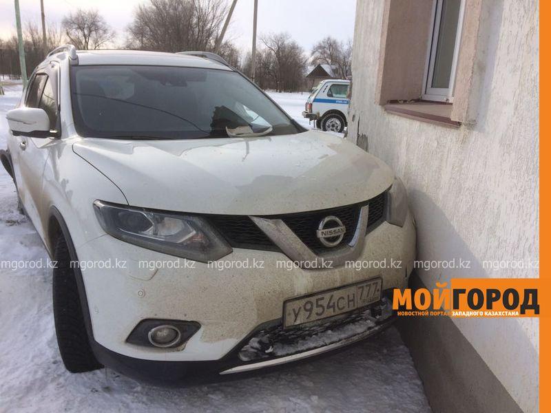 Джип врезался в полицейский участок в Уральске