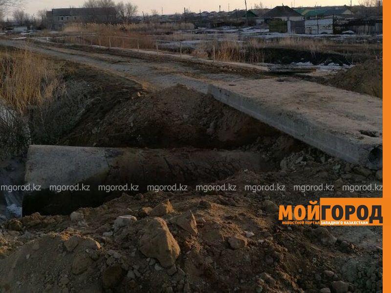 Новости Уральск - Из-за угрозы подтопления посреди улицы в селе ЗКО раскопали плотину