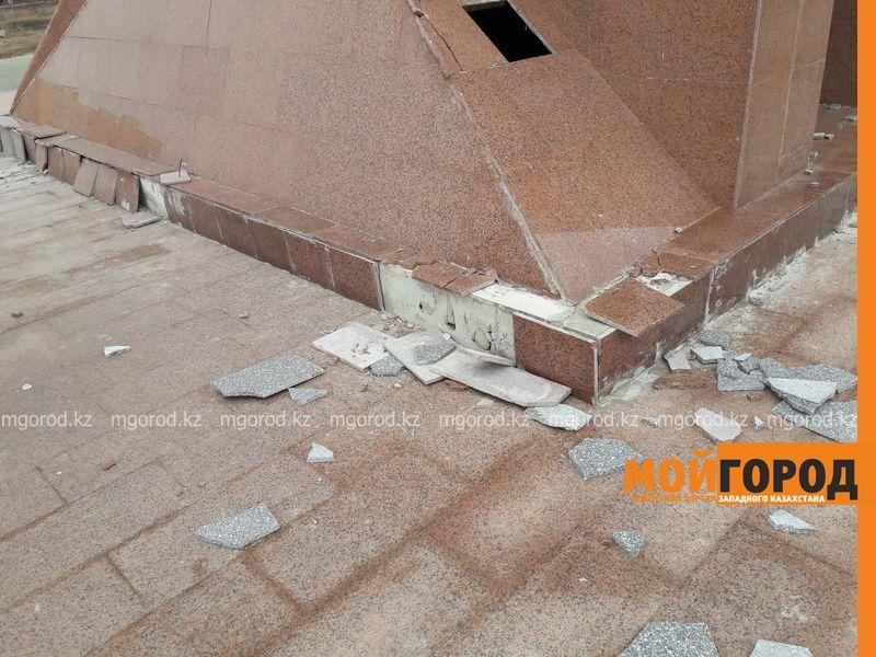 В Уральске разрушается монумент Независимости