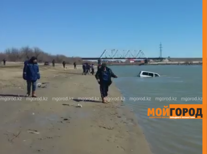 5 спасателей вызволяли джип из Урала в Атырау (видео)