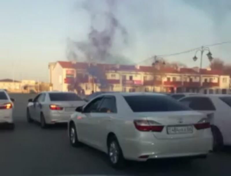 Новости Атырау - Свадебный кортеж перекрыл движение на дороге в Атырауской области (видео)