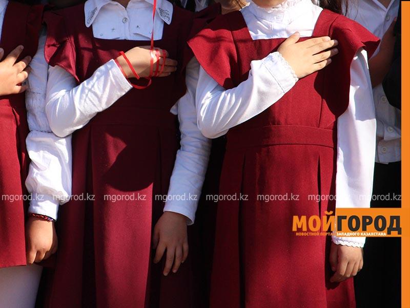 Школьная форма в Казахстане будет необязательной в новом учебном году Второй год ученики сельской школы в ЗКО не могут получить школьную форму
