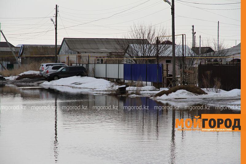 Новости Уральск - Большая вода в Уральске: родители носят детей в школу на руках (фото, видео)