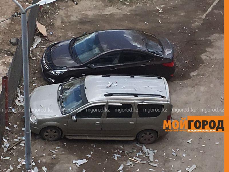 Три автомобиля повредил шифер, сорванный с многоэтажки во время урагана в Уральске