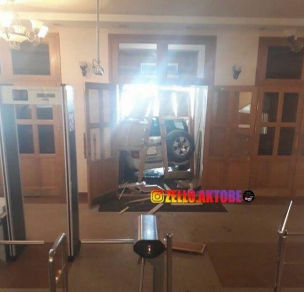 Новости Актобе - В Актобе арестован водитель, въехавший в здание облакимата