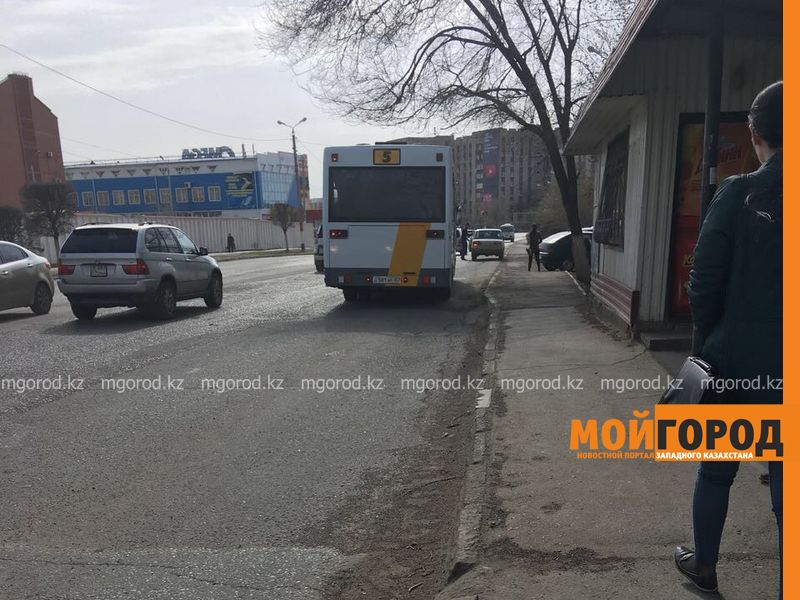 Из-за невнимательности водителя автобуса 6-летняя девочка осталась одна на остановке в Уральске
