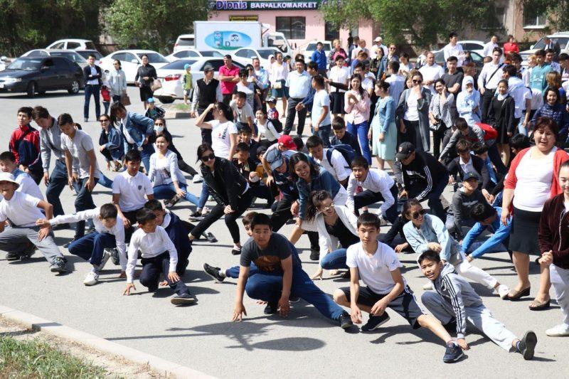 Новости Атырау - Более двух тысяч жителей приняли участие в утренней зарядке в Атырау