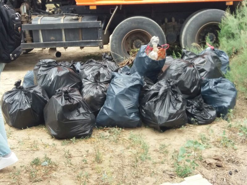15 тонн мусора собрали волонтеры с берегов Урала в Атырау