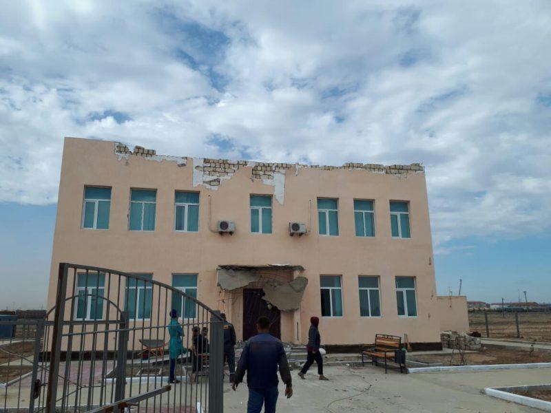 Новости Атырау - В Атырауской области ветер снес крышу тубдиспансера и акимата