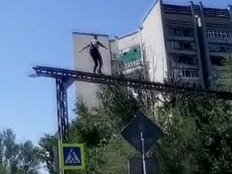 Мужчина танцевал на конструкции для освещения пешеходного перехода в Уральске (видео)