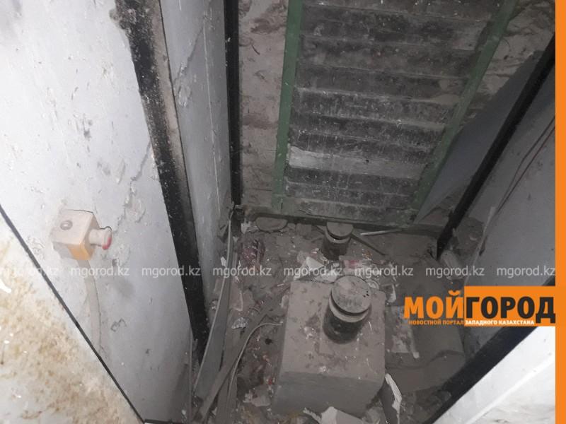 В Атырау в шахту лифта упала 22-летняя девушка