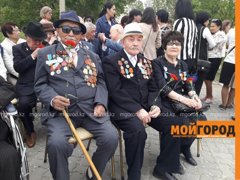 Новости Атырау - Около 10 тысяч жителей Атырау возложили цветы к вечному огню (видео)