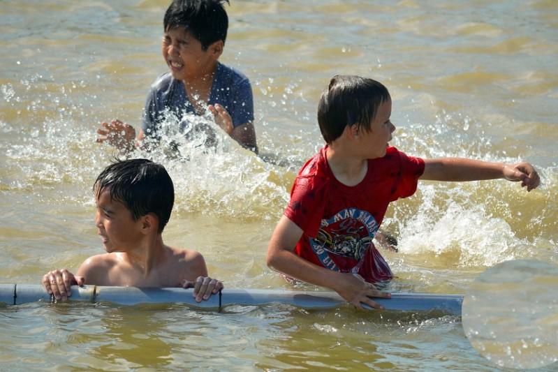Жители Атырау из-за сильной жары открыли купальный сезон (фото)