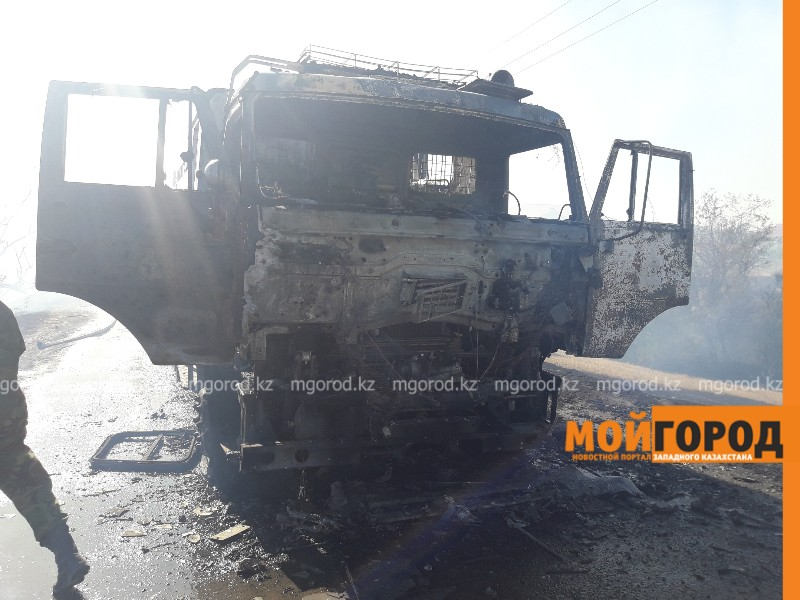 Новости Атырау - Пожарная машина горела в степном пожаре в Атырау