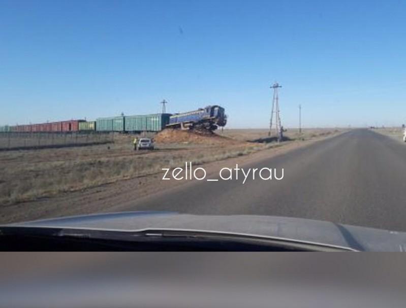 Новости Атырау - В Атырауской области с рельсов сошел тепловоз