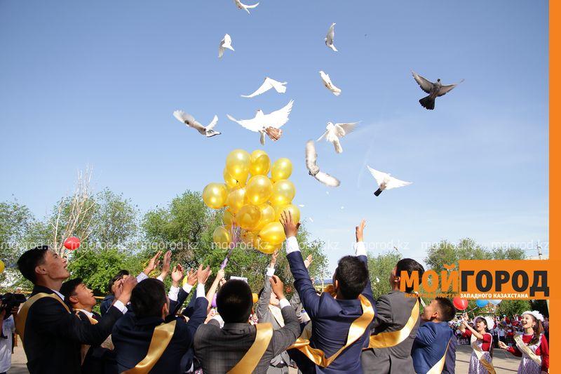 Для 1700 уральских выпускников прозвучал последний звонок