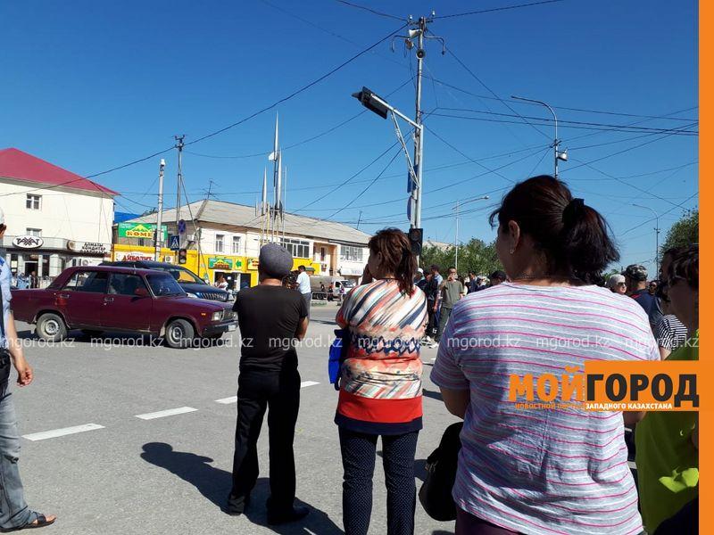 В Актобе торговцы центрального рынка перекрыли проезжую часть (фото, видео)
