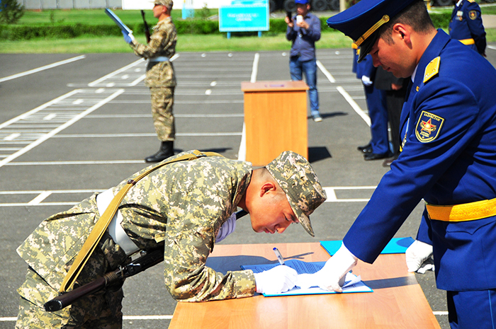 Жителей Атырау приглашают на военную службу по контракту