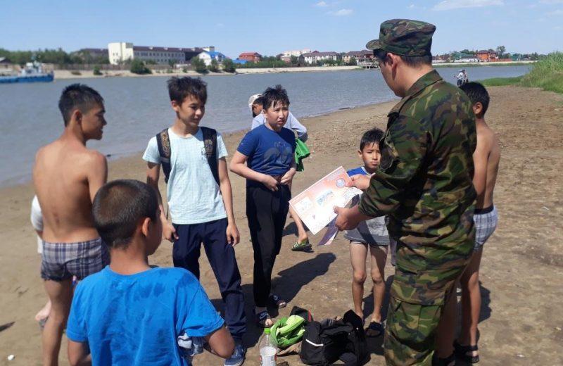 В Атырау спасатели проводят рейды по профилактике безопасности на воде
