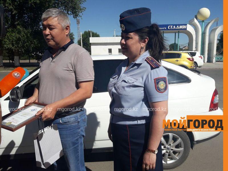 Новости Уральск - В Уральске полицейские раздали подарки таксистам
