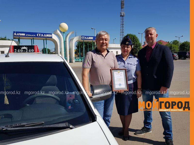 В Уральске полицейские раздали подарки таксистам