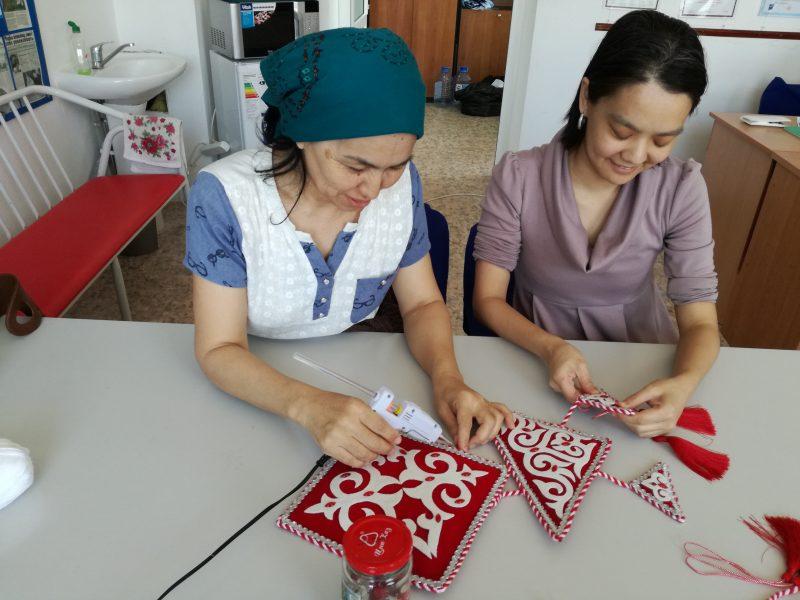 Новости Атырау - В Атырау инвалидов учат делать сувениры (фото)