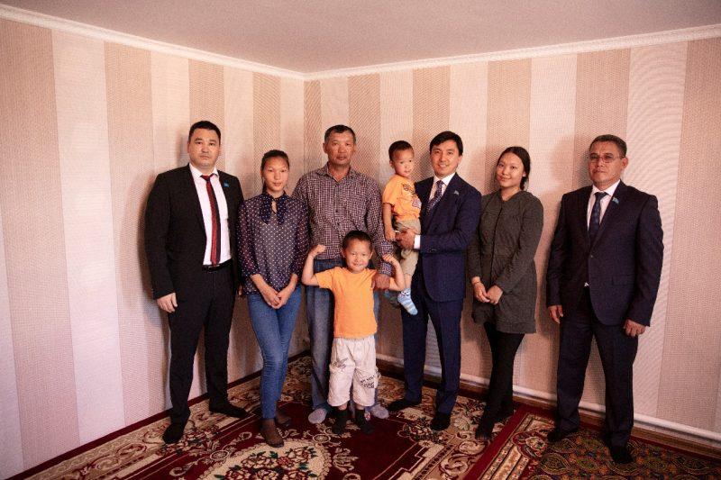 Новости Атырау - В Атырау отцу-одиночке подарили дом