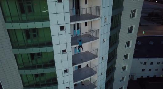 Новости Актобе - Житель Уральска без страховки взобрался на 25-этажное здание в Актобе (видео)