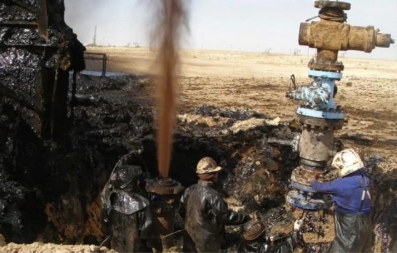 В селе Атырауской области из заброшенной скважины образовалось нефтяное озеро