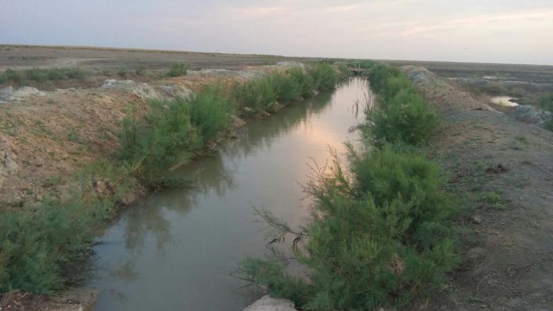 В Атырауской области сельчане самовольно перекрыли водный канал