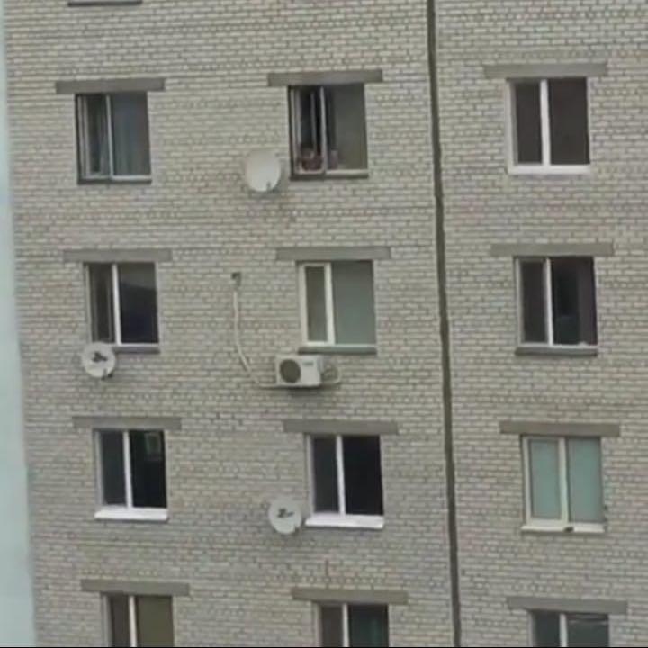 Новости Уральск - Уральцев возмутило видео с детьми, играющими у открытого окна на 5 этаже
