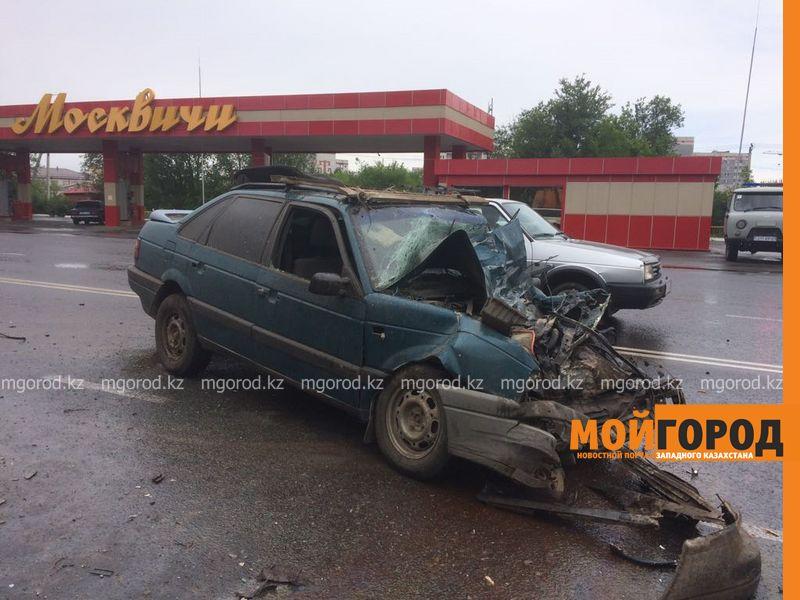 Новости Уральск - Иномарка столкнулась с мусоровозом в Уральске (фото)