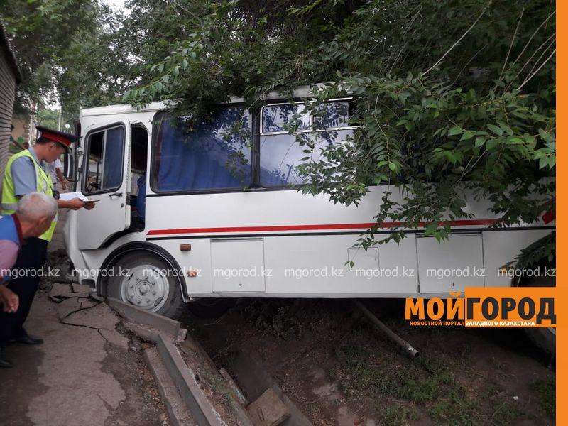 Новости Уральск - В Уральске пассажирский автобус слетел в арык