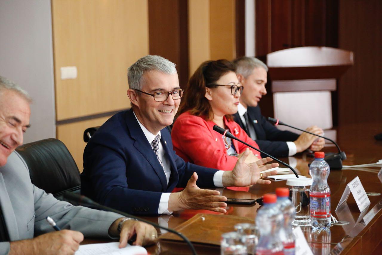 Аким Атырауской области встретился с послом Франции