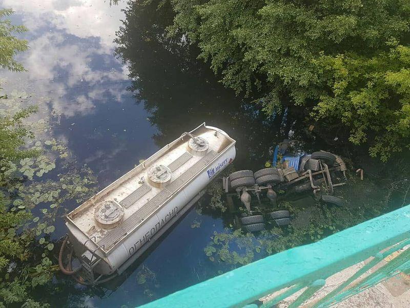 """В ЗКО """"КамАЗ"""" слетел с моста: погибли два человека"""