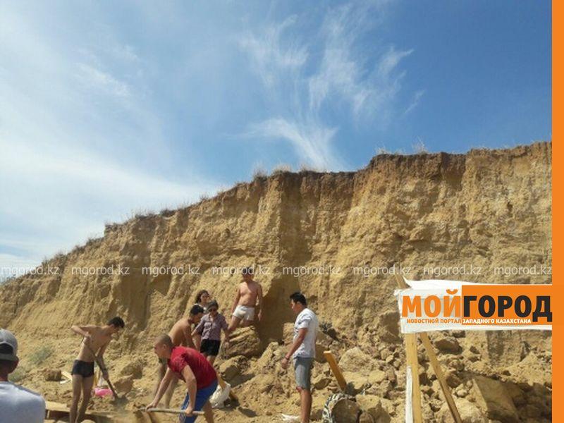 Новости Актобе - В Актобе на отдыхающих на пляже обвалился грунт